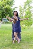Mutter und Tochter im Sommer Lizenzfreies Stockfoto