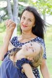 Mutter und Tochter im Sommer Lizenzfreie Stockfotos