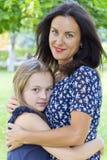 Mutter und Tochter im Sommer Lizenzfreies Stockbild