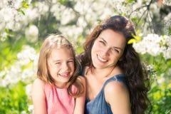 Mutter und Tochter im sonnigen Park lizenzfreie stockfotografie