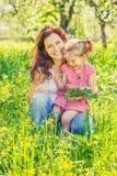 Mutter und Tochter im sonnigen Park lizenzfreie stockbilder