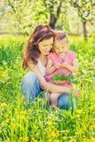 Mutter und Tochter im sonnigen Park stockfotografie