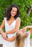 Mutter und Tochter im Weiß Lizenzfreie Stockfotos