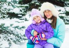 Mutter und Tochter im Winter stockbilder