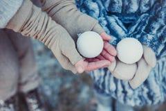 Mutter und Tochter im Winter Park, der Weihnachtsspielwaren hält Sie werden in der farbigen Pastellkleidung gekleidet lizenzfreies stockfoto