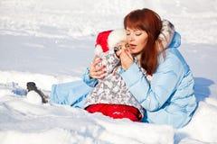 Mutter und Tochter im Winterpark Stockbilder
