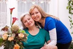 Mutter und Tochter im Wohnzimmer Lizenzfreies Stockfoto