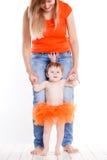 Mutter und Tochter kleideten in einem Prinzessinkostüm an Stockbild