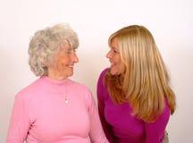 Mutter-und Tochter-Lächeln Stockbild