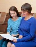 Mutter und Tochter lasen Buch Stockfotos