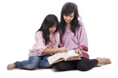 Mutter und Tochter lasen ein Buch Stockfotografie