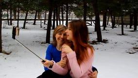 Mutter und Tochter machen ein Foto von selbst im Park am Telefon stock video