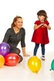 Mutter und Tochter mit Ballonen Lizenzfreies Stockfoto