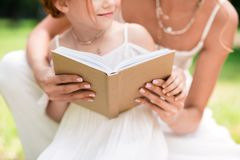 Mutter und Tochter mit Buch am Park Lizenzfreies Stockbild