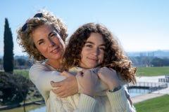 Mutter und Tochter mit dem blauen Himmel im Hintergrund lizenzfreies stockfoto