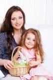 Mutter und Tochter mit dem Osterhasen Lizenzfreies Stockfoto