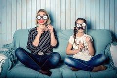Mutter und Tochter mit den falschen Schnurrbärten Lizenzfreies Stockbild