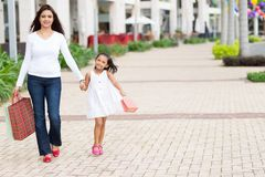 Mutter und Tochter mit Einkaufstaschen lizenzfreie stockfotos