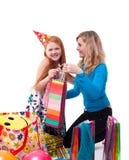 Mutter und Tochter mit Geschenken Lizenzfreies Stockfoto
