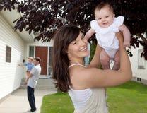 Mutter und Tochter mit Haus Stockfotografie