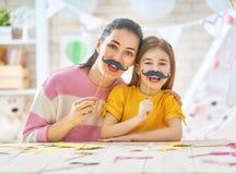 Mutter und Tochter mit Papierzubehör Lizenzfreie Stockfotografie