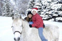 Mutter und Tochter mit Pony. Stockbilder