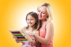 Mutter und Tochter mit Rechenmaschine Stockfoto