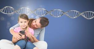 Mutter und Tochter mit Scheinen und genetischer DNA stockfotografie
