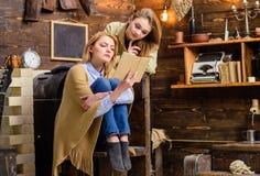 Mutter und Tochter mit starkem Blick zusammen lesend, Privatunterrichtkonzept Schöne blonde Damen vorbei unterhalten Lizenzfreie Stockbilder