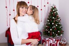 Mutter und Tochter mit Weihnachtsbaum Stockfotografie