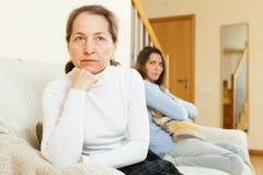 Mutter und Tochter nach Streit Stockbild
