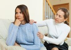 Mutter und Tochter nach Streit Lizenzfreies Stockfoto