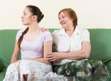 Mutter und Tochter nach Streit Stockbilder