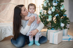 Mutter und Tochter nahe einem Weihnachtsbaum, Feiertag, Geschenk, Dekor, neues Jahr, Weihnachten, Lebensstil Stockfotografie