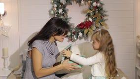Mutter-und Tochter offene Weihnachtsgeschenke zu Hause stock video