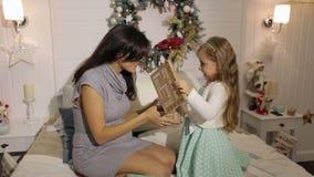 Mutter-und Tochter offene Weihnachtsgeschenke zu Hause stock footage