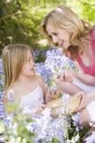 Mutter und Tochter Ostern, das nach Eiern sucht Lizenzfreie Stockfotografie