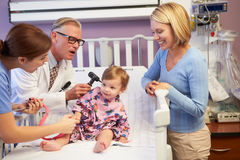 Mutter und Tochter in pädiatrischem Ward Of Hospital stockbild