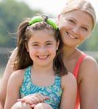 Mutter und Tochter am Pool stockbilder