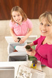 Mutter- und Tochter Recyling Abfall zu Hause Stockfoto