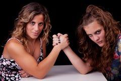 Mutter und Tochter ringen, stockfotografie