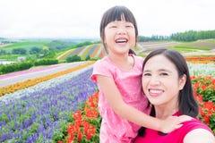 Mutter und Tochter selfie glücklich Lizenzfreie Stockfotos