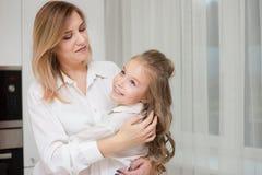 Mutter und Tochter sind in einer Küche zusammen lizenzfreies stockbild