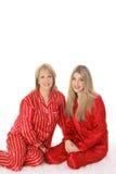 Mutter- und Tochter sleepover in den Pyjamas Lizenzfreies Stockfoto