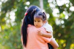 Mutter und Tochter sollen durch Umarmung lieben Lizenzfreies Stockfoto