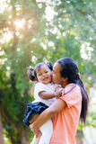 Mutter und Tochter sollen durch Umarmung und Kuss lieben Lizenzfreie Stockbilder