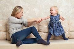 Mutter und Tochter spielen Stockfoto