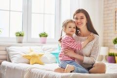 Mutter und Tochter spielen und umarmen lizenzfreies stockfoto
