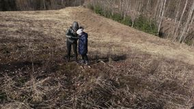 Mutter und Tochter steigen zum Hügel Wandern des Konzeptes stock video