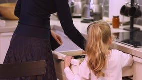 Mutter und Tochter stellten die Tabelle ein stock footage